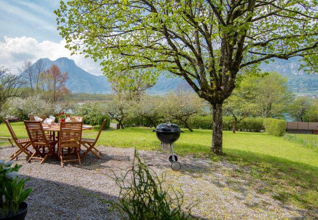 Chalet à Doussard - Lac d'Annecy, Chalet 50m du lac avec jardin privé
